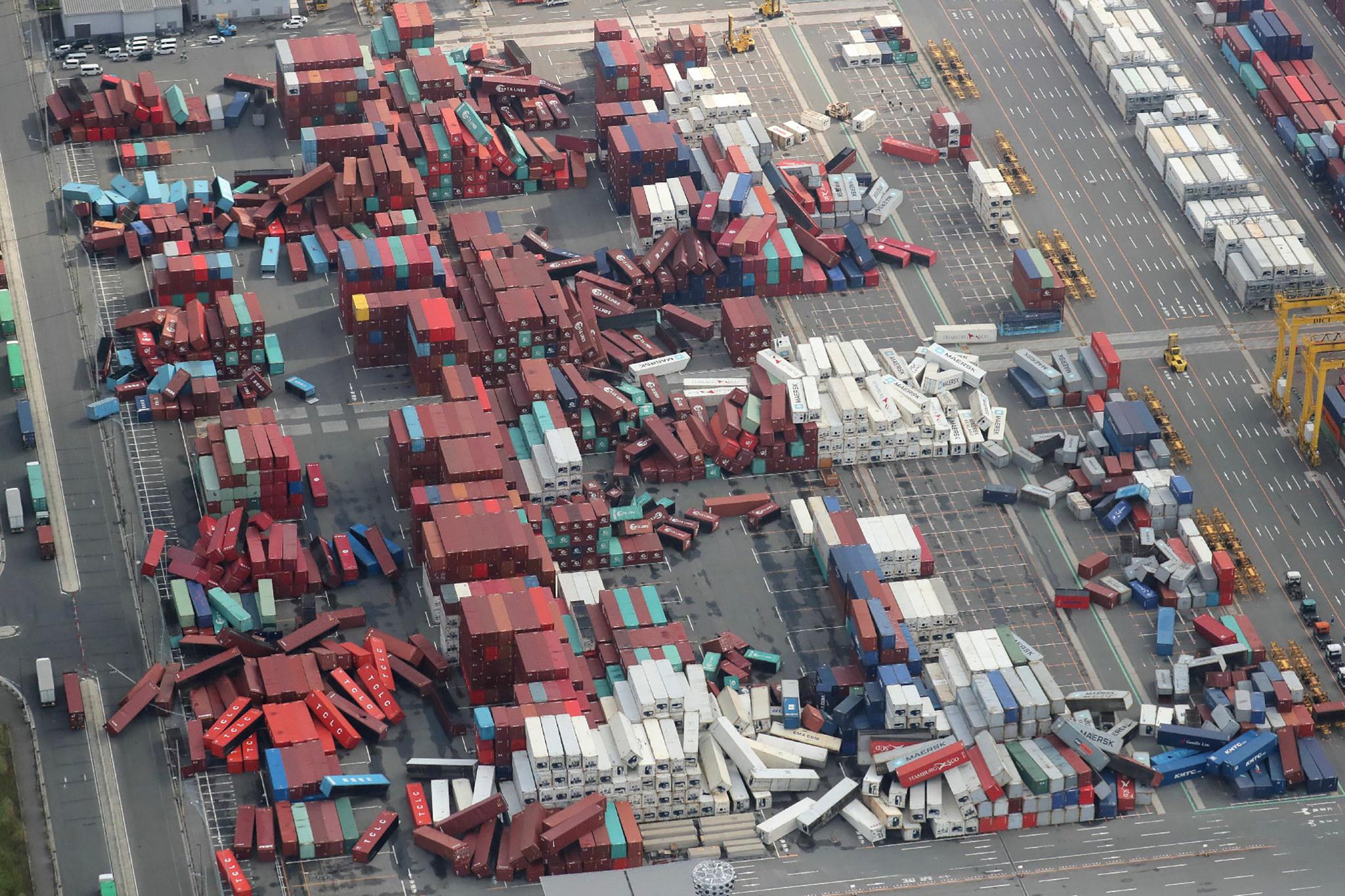 오사카 컨테이너 야적장에 쌓아 둔 컨테이너들이 강풍에 무너져 내렸다.[AFP=연합뉴스]