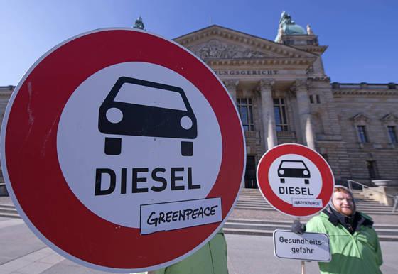 행정법원 앞에서 디젤 차량 운행 금지를 촉구하고 있는 환경단체 회원들 [AP=연합뉴스]