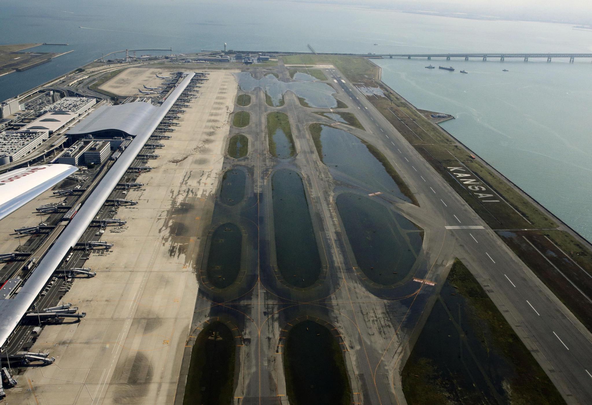 일본 서부의 관문인 오사카 간사이 공항이 태풍 제비로 인해 바닷물이 넘쳐 침수됐다. [AP=연합뉴스]