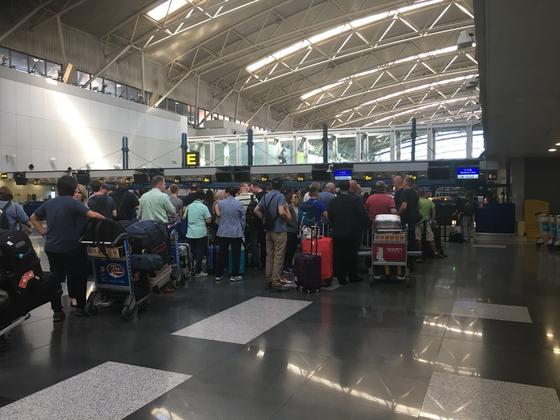 6일 오전 평양으로 들어가려는 외신 기자와 관광객으로 가득찬 베이징 서우두 공항 제2터미널 고려항공 카운터. [사진=신경진 기자]