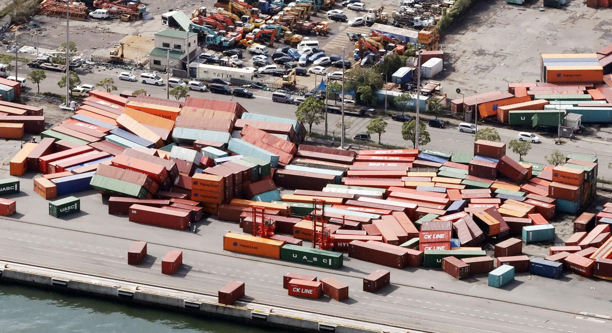 고베 항의 컨테이너들이 강풍에 무너졌다. [REUTERS=연합뉴스]