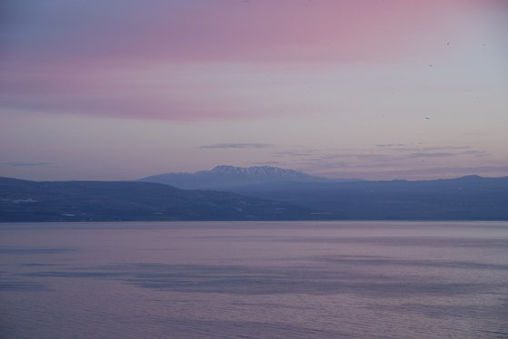 갈릴리 호숫에 노을이 떨어지고 있다. 멀리 보이는 헤르몬 산의 꼭대기는 눈으로 덮여 있다. 백성호 기자