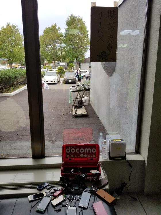 통신회사가 대여해 준 충전기에 휴대폰들이 매달려 있다. 윤설영 특파원
