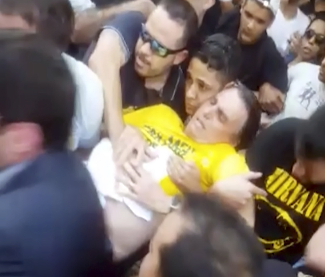 브라질 극우 성향 사회자유당(PSL)의 자이르 보우소나루 후보가 6일(현지시간) 미나스 제라이스주 주이즈 지 포라시에서 대선 유세 도중 괴한의 칼에 복부를 찔린 뒤 괴로워하고 있다. [AP=연합뉴스]