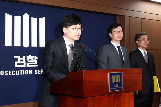 지난 4월 한동훈(왼쪽) 서울중앙지검 3차장이 이명박 전 대통령 수사 관련 브리핑을 하고 있다. [중앙포토]