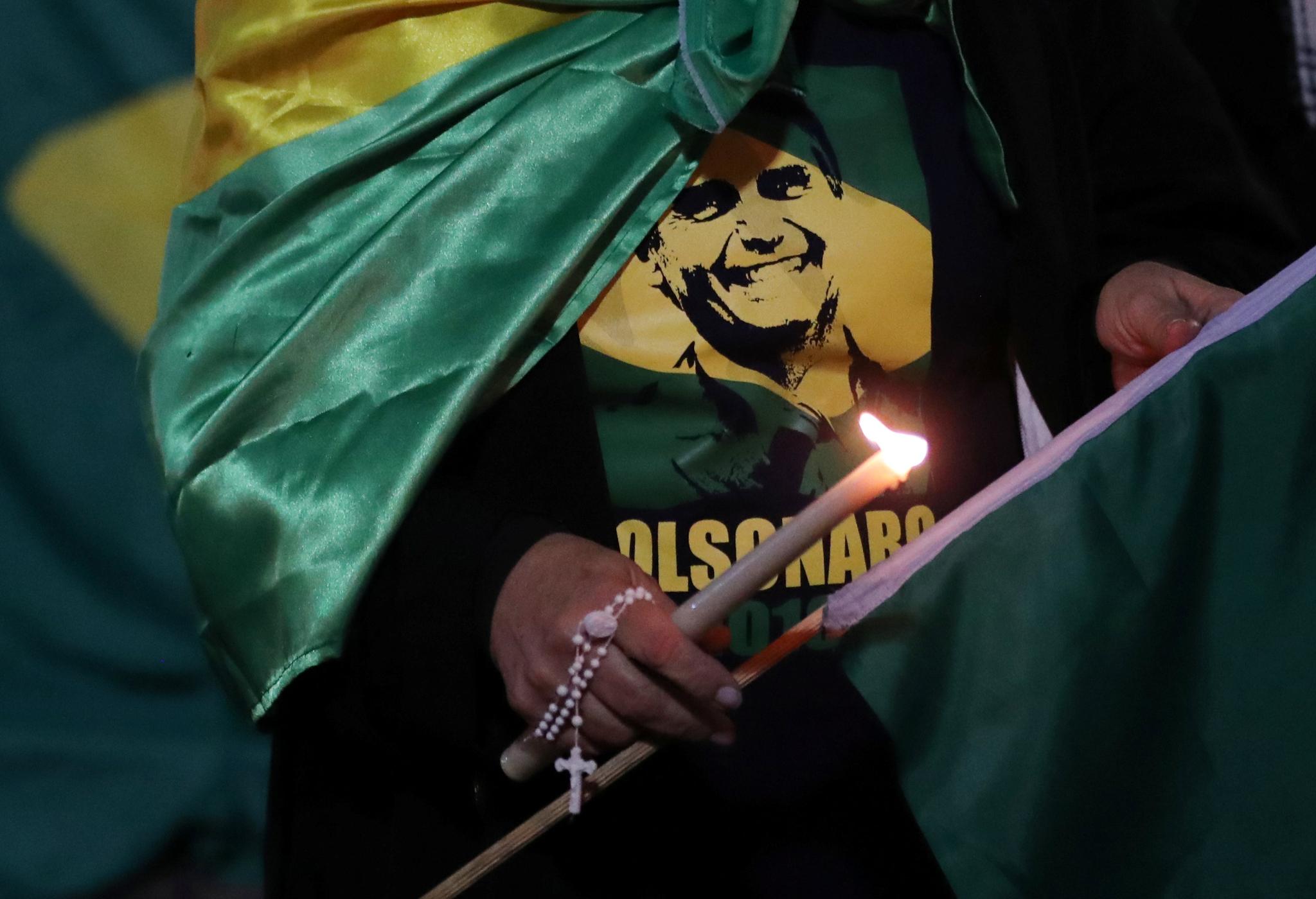 보우소나르 후보 지지자가 6일(현지시간) 브라질 상파울로 파울이스타 거리에서 촛불을 밝히고 있다. [로이터=연합뉴스]