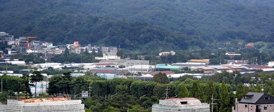 정부가 주거용 부동산 안정화를 위해 서울을 비롯한 수도권의 그린벨트 지역을 풀어서 신규 주택을 공급하기로 했다. 6일 주택 공급 후보지로 예상되는 경기도 과천 그린벨트 지역. [뉴시스]