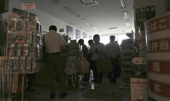 6일 밤 정전된 하코다테 공항의 매점에 모여있는 승객들.[AP=연합뉴스]