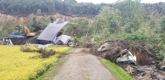지진으로 인한 산사태와 토사 붕괴가 가옥을 집어삼킨 홋카이도 아쓰마초. 윤설영 특파원