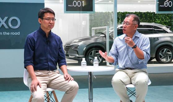 자오용 딥글린트 CEO와 함께 기술 협력 파트너십에 대해 발표하는 정의선 현대자동차 부회장(오른쪽). [연합뉴스]