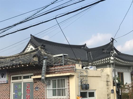 한옥보존지구인 경주시 황남동 한 건물의 지붕이 함석 기와로 복구돼 있다. [중앙포토]