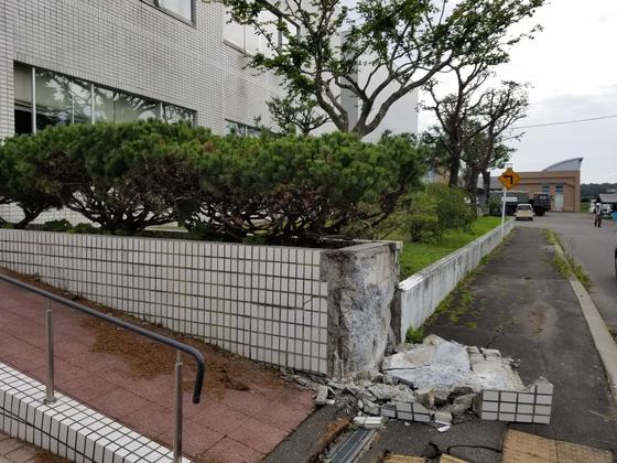아츠마초 주민센터 입구의 타일이 무너져있다. 윤설영 특파원