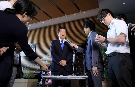 아베 신조 일본 총리가 6일 지진 대책과 관련해 기자들의 질문에 답하고 있다.[로이터=연합뉴스]