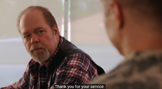 퇴역군인에 대한 존경심을 갖자는 취지로 미국에서 제작된 공익광고 장면. [유튜브 캡처]