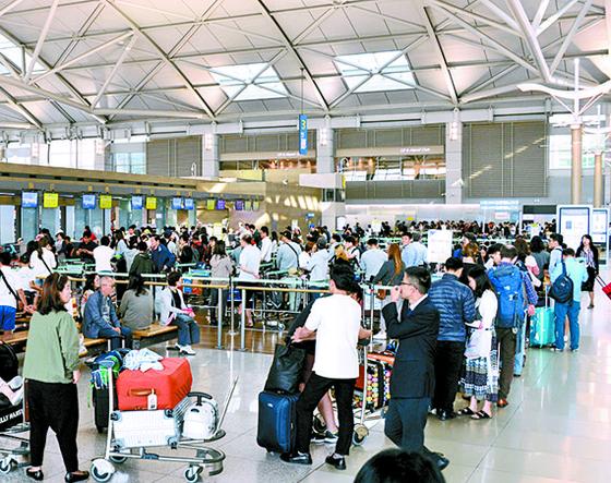 지난해 추석연휴를 앞두고 인천공항 항공사 출국 수속장에서 길게 줄서 있는 시민들. [뉴시스]