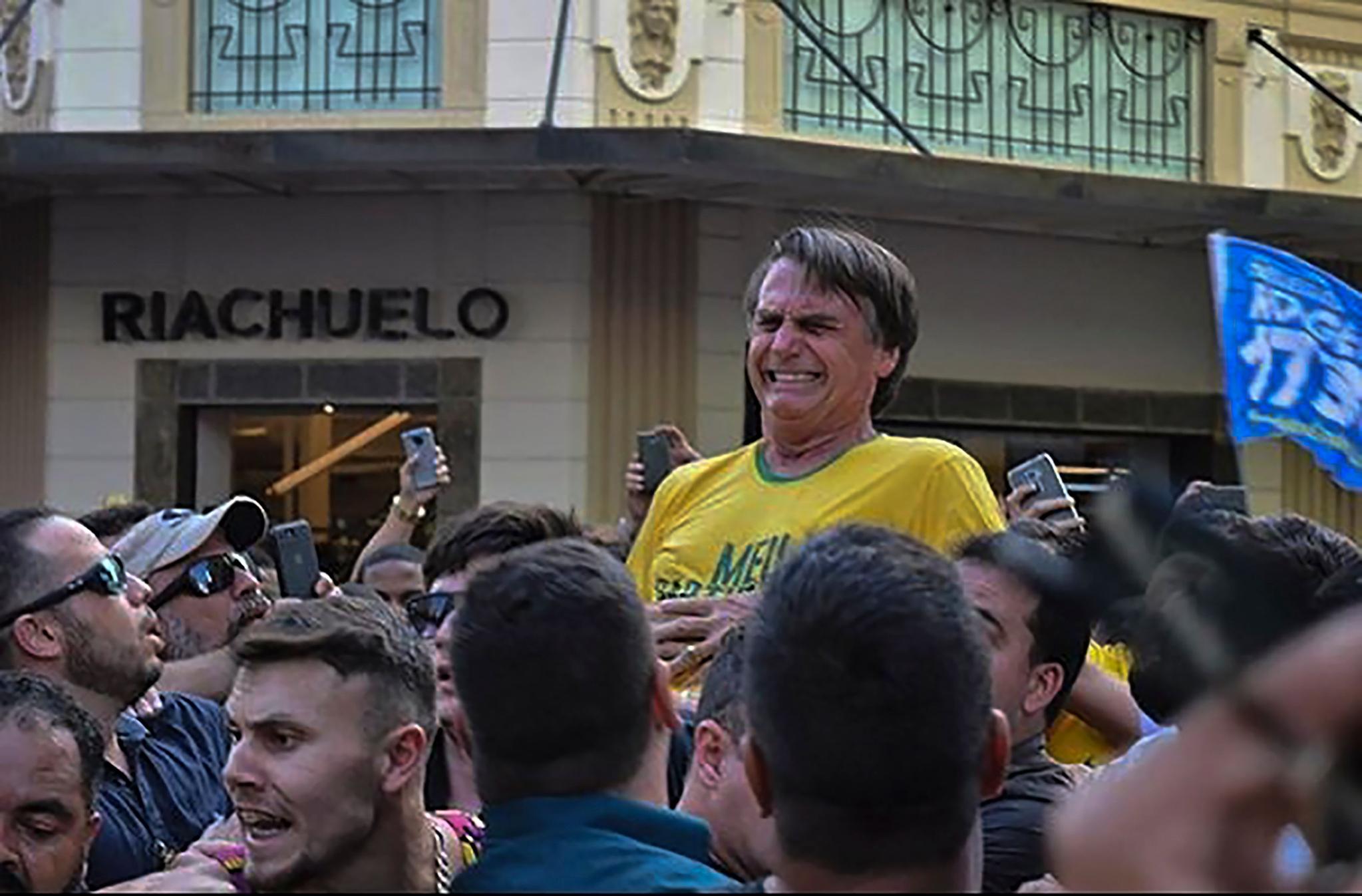 브라질 극우 성향 사회자유당(PSL)의 자이르 보우소나루 후보가 6일(현지시간) 미나스 제라이스주 주이즈 지 포라시에서 대선 유세 도중 괴한의 칼에 복부를 찔린 뒤 괴로워하고 있다. [AFP=연합뉴스]