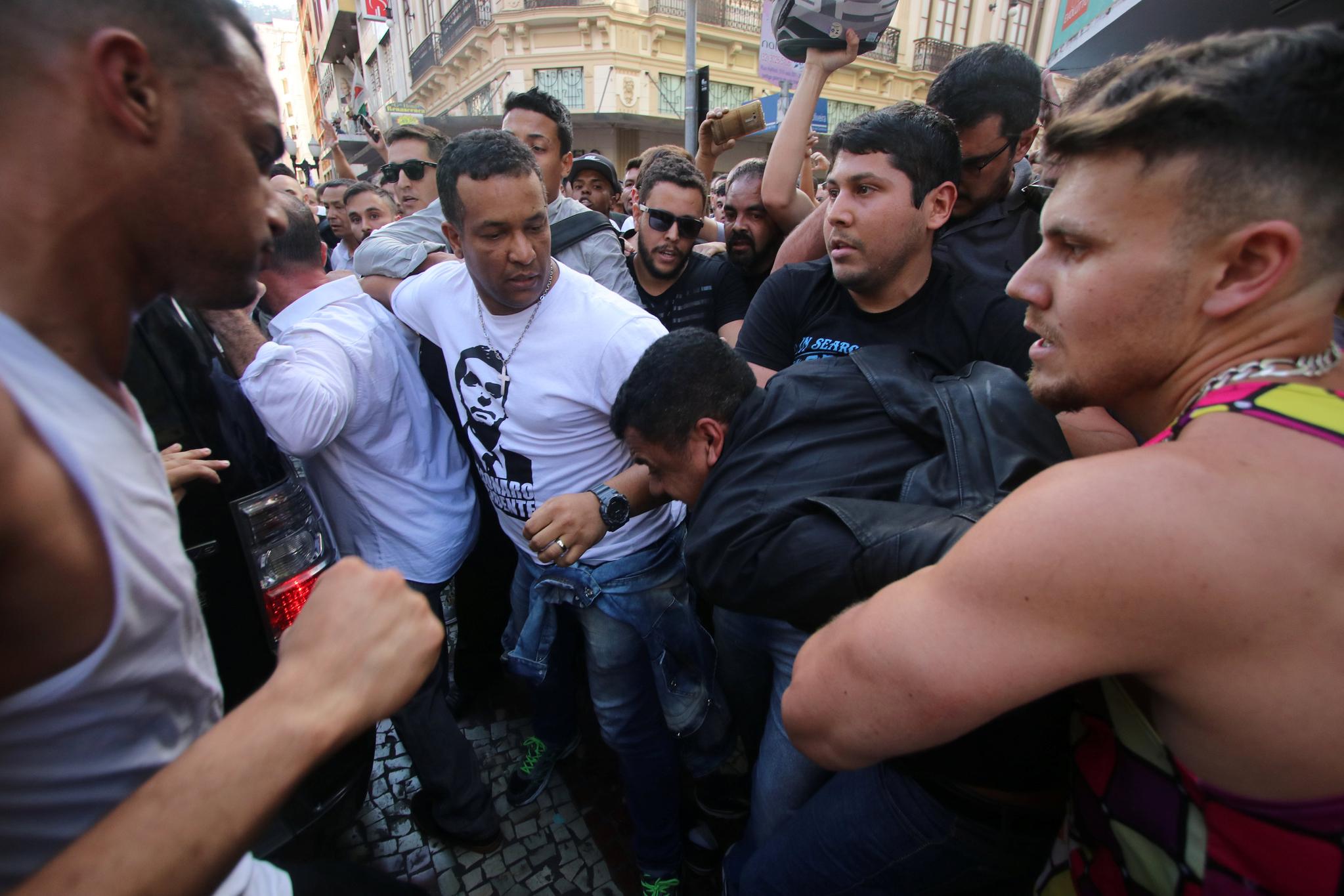 보우소나르 후보 지지자들이 6일(현지시간) 피습 현장에서 용의자인 아델리우 비스푸 지 올리베이라를 둘어싸고 있다. [로이터=연합뉴스]
