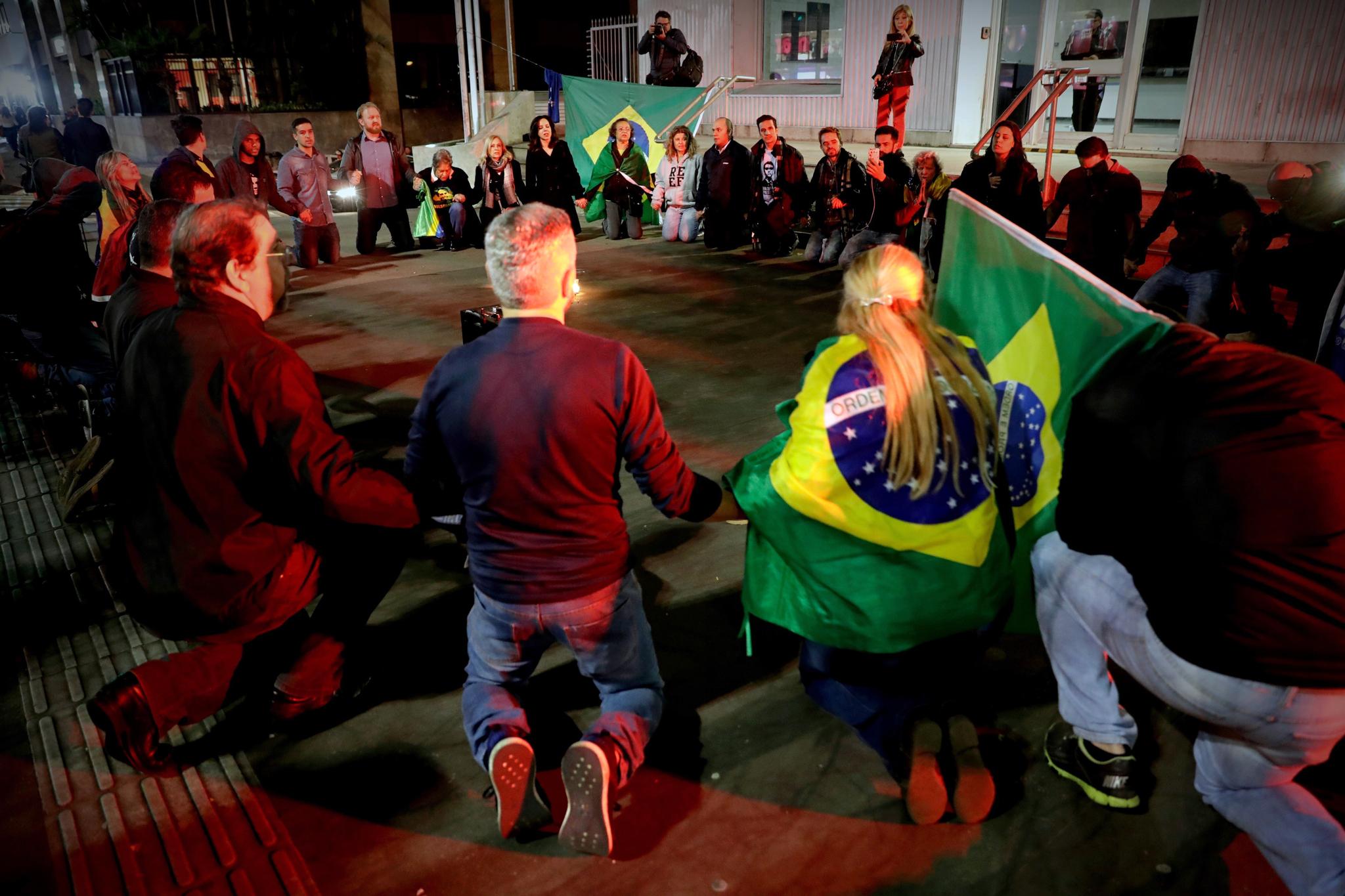 보우소나르 후보 지지자들이 6일(현지시간) 브라질 상파울로 파울이스타 거리에서 보우소나르의 쾌유를 기원하는 집회를 갖고 있다. [EPA=연합뉴스]