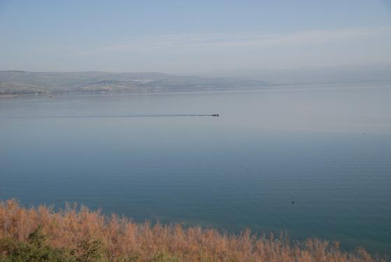 갈릴리 호수는 무척 넓다. 영어명도 호수가 아니라 '갈릴리 바다'다. 바람이 거셀 때는 지금도 높은 파도가 몰아친다. 그때는 배가 출항을 하지 않는다. 예수 당시에는 배도 작았으니, 푹풍이 더 위협적이었을 터이다. 백성호 기자