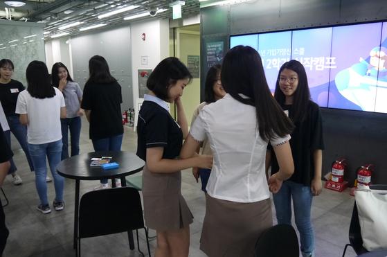 앙트십스쿨의 2학기 프로젝트를 알리는 시작캠프에서 긴장을 풀기 위한 아이스브레이킹 게임을 하는 학생들.