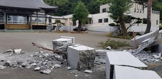아츠마초 초입에 있는 한 사찰. 돌로 된 문도 진도7의 강진을 버티지 못하고 무너졌다. 윤설영 특파원