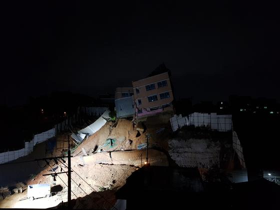 지반침하로 약 20도 가량 기울어진 서울 상도유치원 건물의 사고 직후 모습. 조한대 기자