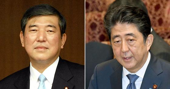 이시바 시게루 전 간사장(왼쪽)과 아베 신조 일본 총리. [AP=연합뉴스]