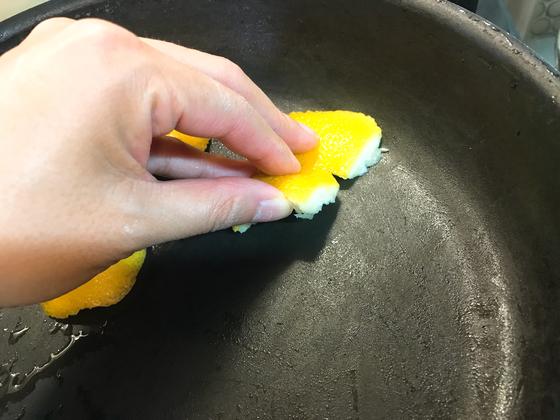 레몬 껍질 안쪽으로 프라이팬을 골고루 비벼준다.
