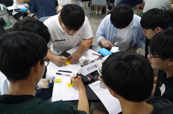시작캠프에 참여한 학생들이 앱 서비스로 문제를 해결하는 워크숍을 통해 앙트십을 배우고 있다.