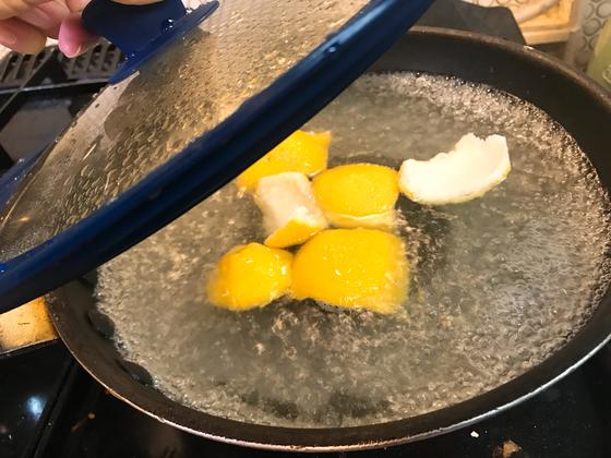 생선 구울 때 뚜껑을 사용했다면, 물을 끓을 때 뚜껑을 닫아 함께 냄새 제거를 하자.