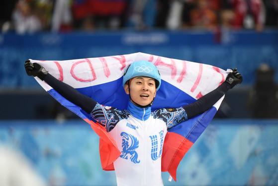2014년 2월 15일 소치 겨울올림픽 쇼트트랙 1000m 결선에서 1위로 들어온 뒤 러시아 국기를 두르고 있는 빅토르 안(안현수) 선수. [중앙포토]