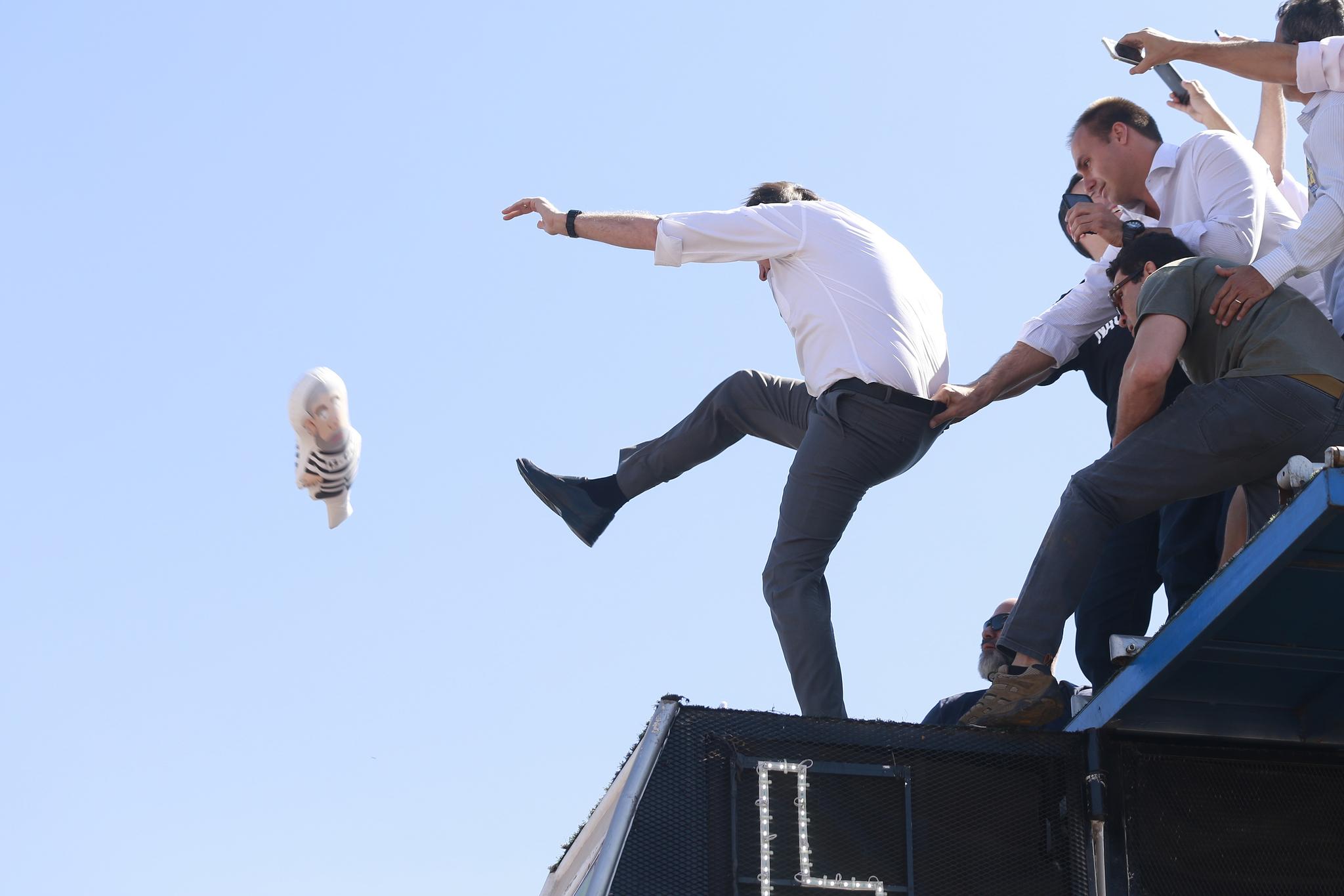 브라질 사회자유당(PSL)의 자이르 보우소나루 후보가 지난 5일(현지시간) 브라질리아에서 대선 유세 도중 루이스 이나시우 룰라 다시우바 전 브라질 대통령의 모습을 본뜬 풍선을 발로 차며 유세를 벌이고 있다. [EPA=연합뉴스]
