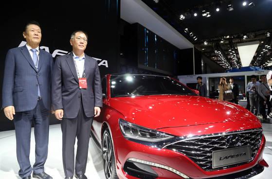 '2018 베이징 국제 모터쇼'에서 정의선 현대차 부회장(오른쪽)이 중국 전용 스포티 세단인 '라페스타'(Lafesta) 옆에서 기념촬영을 했다. [연합뉴스]