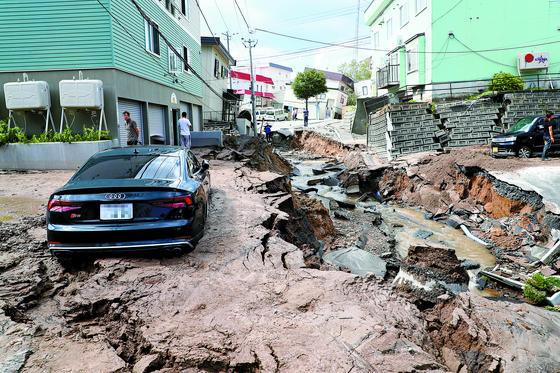 일본 홋카이도에 규모 6.7 강진이 발생한 6일 오전 홋카이도 삿포로 시내 도로가 함몰되고, 축대에 균열이 생기면서 건물이 기울어졌다. [지지통신=연합뉴스]