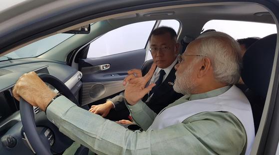 지난 2월 인도 뉴델리 '한-인도비즈니스서밋'에서 정의선 현대차 부회장이 모디 인도총리와 수소전기차(넥쏘)에 함께 탑승했다. [사진 주한인도대사관 트위터]