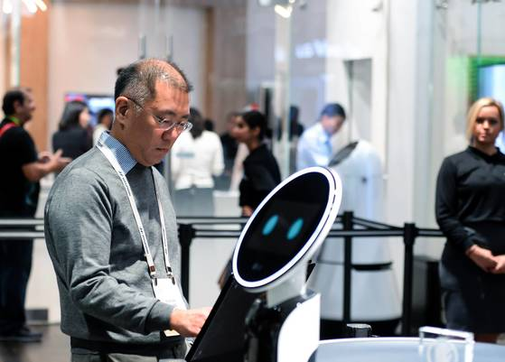 세계 최대 가전박람회 '2018 CES'에서 정의선 현대차 부회장은 인텔·모빌아이·오로라·엔비디아 등 자율주행 핵심 기술을 보유한 기업의 최고경영자(CEO)를 잇달아 만났다. [연합뉴스]