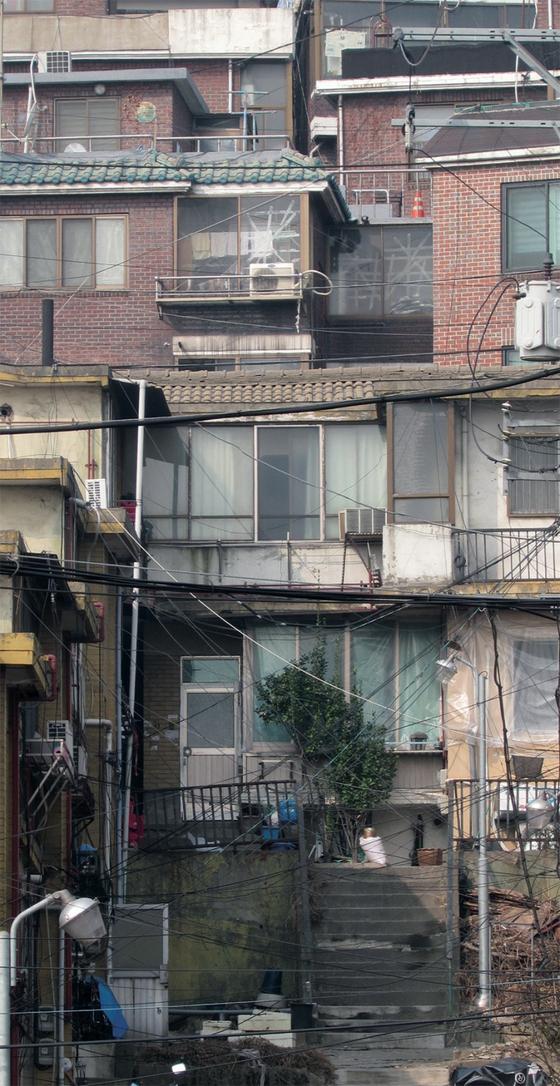지은 지 30년이 넘는 주택이 밀집해 주거환경이 열악한 서울 강북권의 한 재개발 구역. 서울 전체 주택 중 지은 지 30년이 넘은 주택이 37.2%에 이른다.