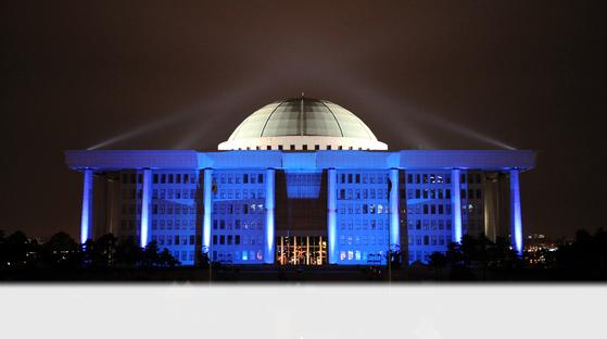 대한당뇨병학회가 세계 당뇨병의 날을 기념해 여의도 국회의사당 건물에 희망을 표현한 미디어 아트 퍼포먼스를 선보이고 있다. '푸른빛 점등식'은 매해 11월 14일 세계당뇨병의 날을 기념해 전세계 160개국의 기념비적인 건물과 유적에서 진행되는 범지구적 행사이다. [중앙포토]