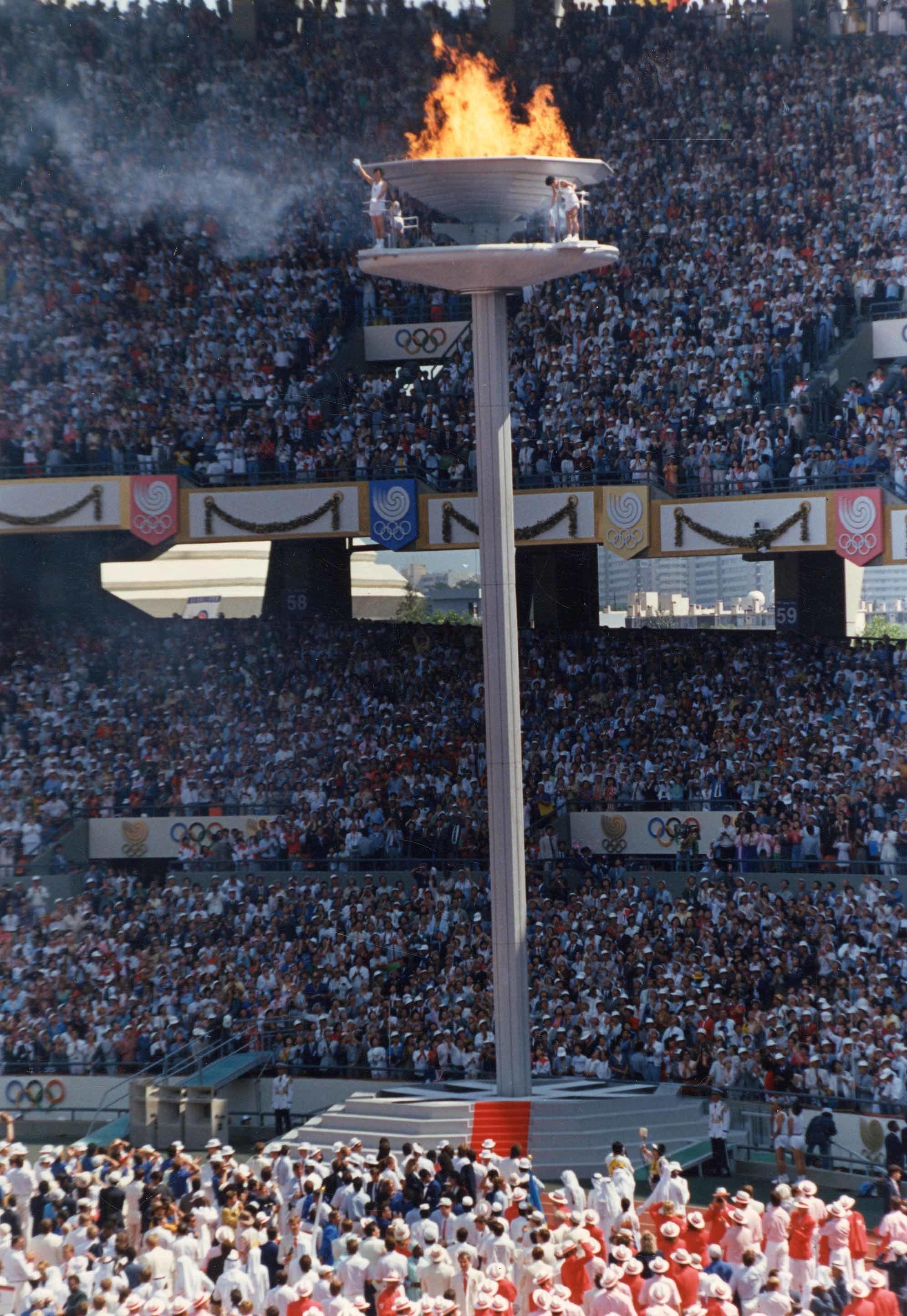 올림픽 사상 최초로 3인의 점화자에 의해 서울 올림픽 성화가 점화되고 있다. [중앙포토]
