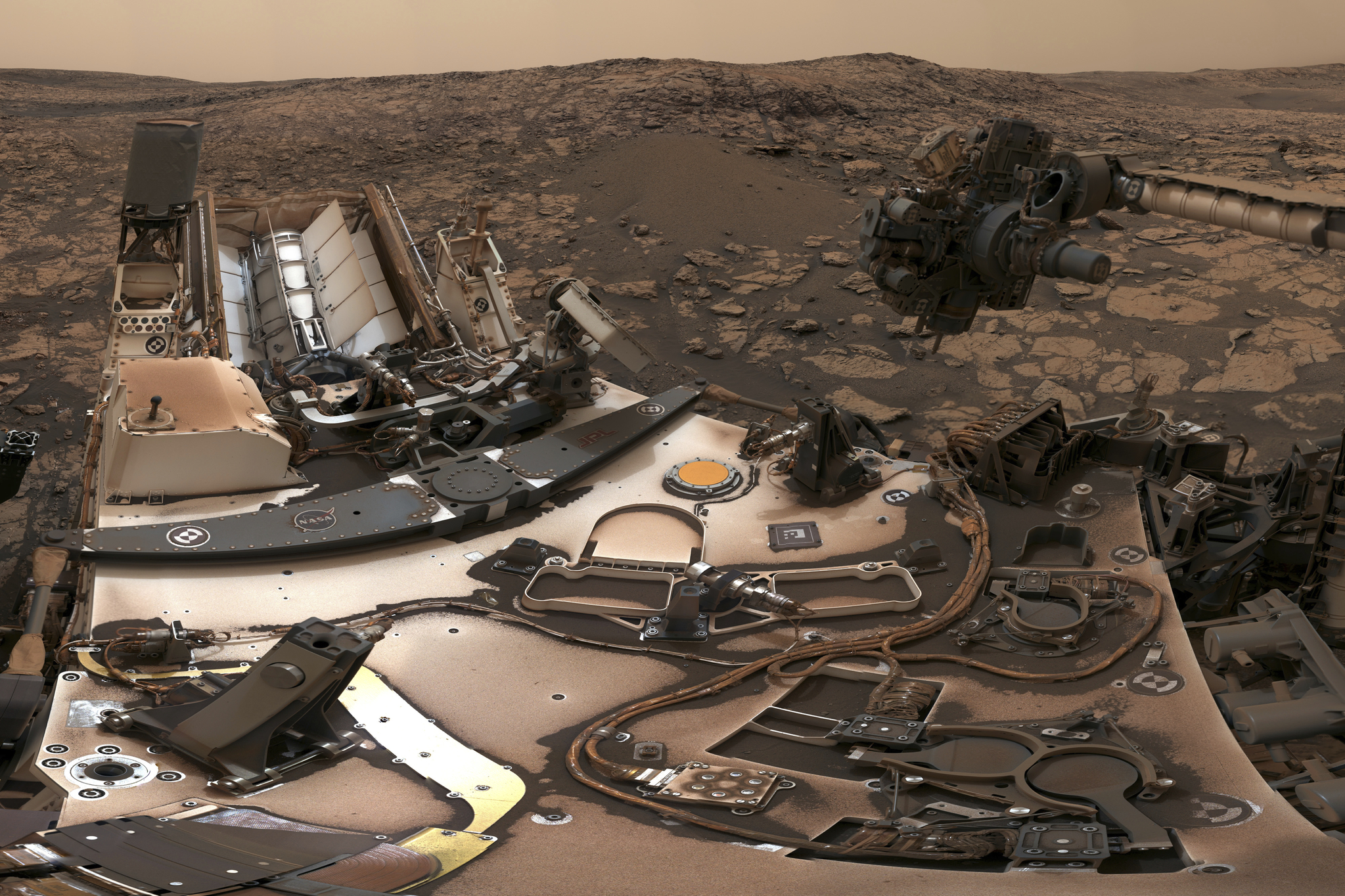 NASA는 지난 8월 9일 화성 탐사선 '큐리오시티'가 촬영해 지구로 전송한 사진을 7일 공개했다. 이번 여름 화성에 몰아쳤던 폭풍 영향으로 탐사선 위로 뿌연 먼지들이 쌓여 있다.[사진 NASA]