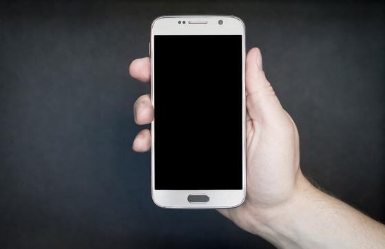 스마트폰 등 IT기기에서 배출되는 청색광이 눈 건강에 해롭다는 연구 결과가 나오고 있다. [중앙포토]
