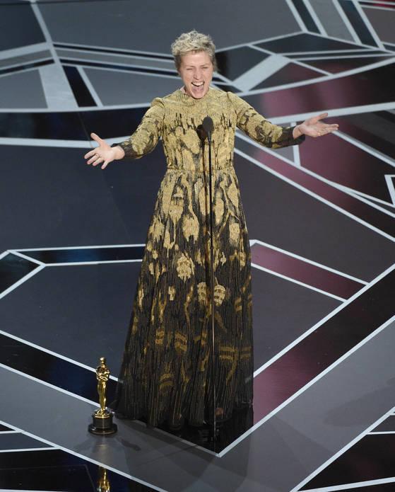 지난 3월 LA 돌비극장에서 열린 제90회 아카데미 시상식에서 프란시스 맥도먼드가 여우 주연상을 받았다. 사진은 상을 받은 후 기뻐하는 프란시스의 모습이다. <저작권자(c) 연합뉴스, 무단 전재-재배포 금지>