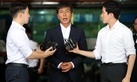 An Hee-jung, former South Chungcheong governor, speaks to reporters after the Seoul Western District Court on Tuesday cleared him of charges of raping and sexually assaulting his secretary on multiple occasions. [YONHAP]