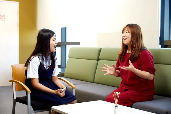 김보빈(왼쪽) 학생모델이 김채하 성우에게 진로 설정에 대한 조언을 얻고 있다.