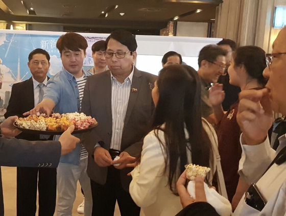 1일 용산 아이파크몰 CGV를 찾은 페민 미얀마 공보부 장관이 팝콘을 맛보고 있다.