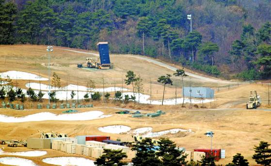 경북 성주군 사드(THAAD·고고도미사일방어체계) 기지에서 발사대가 하늘을 향하고 있다. [연합뉴스]