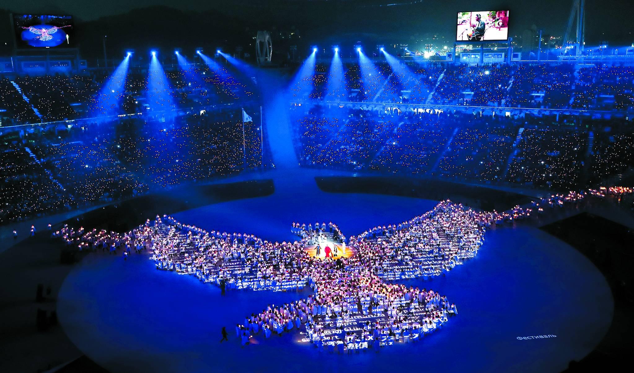 지난 2월 9일 강원도 평창 올림픽스타디움에서 열린 2018 평창동계올림픽 개막식에서 촛불로 만든 비둘기 형상을 배경으로 가수 하현우, 이은미, 전인권, 안지영이 'imagine'를 부르고 있다. [연합뉴스]