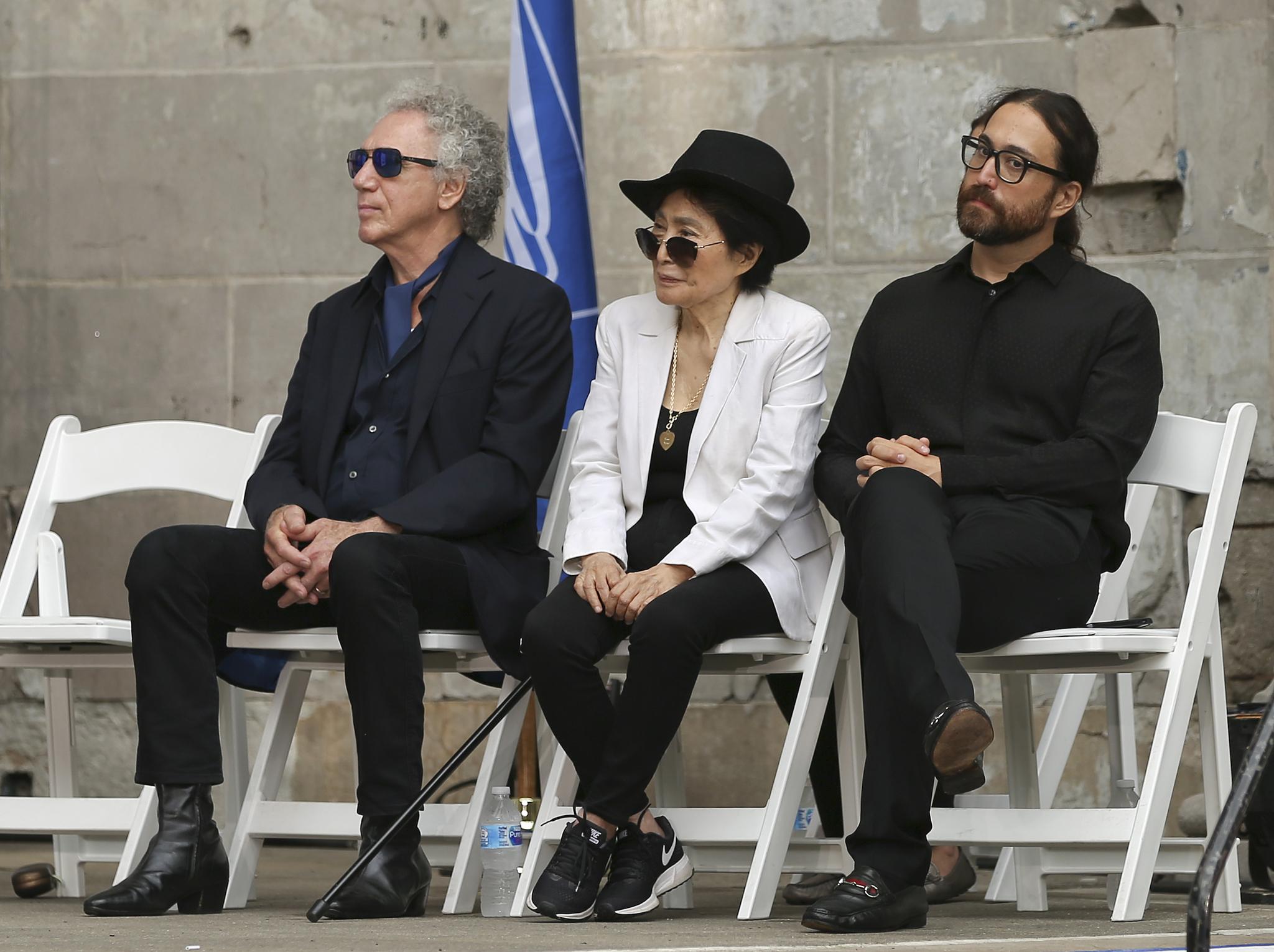 기념식에 참석한 사진작가 밥 그루엔, 존 레논의 아내 오노 요코와 아들 숀 레논(왼쪽부터). [AP=연합뉴스]