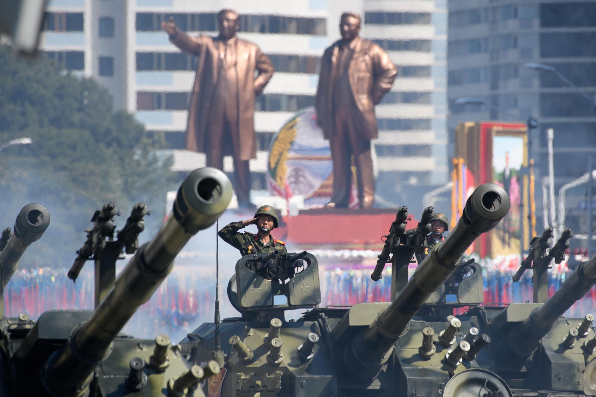 9일 북한 평양 김일성 광장에서 열린 북한 정권수립 70주년(9ㆍ9절) 기념 열병식에서 군사 퍼레이드를 벌이고 있는 탱크부대.[AFP=연합뉴스]
