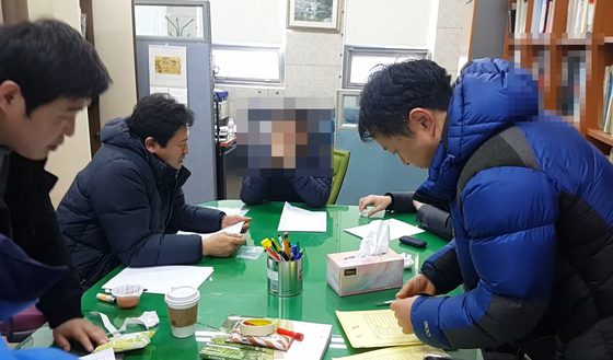 동아대 태권도학과를 압수수색하는 경찰. [사진 부산경찰청]